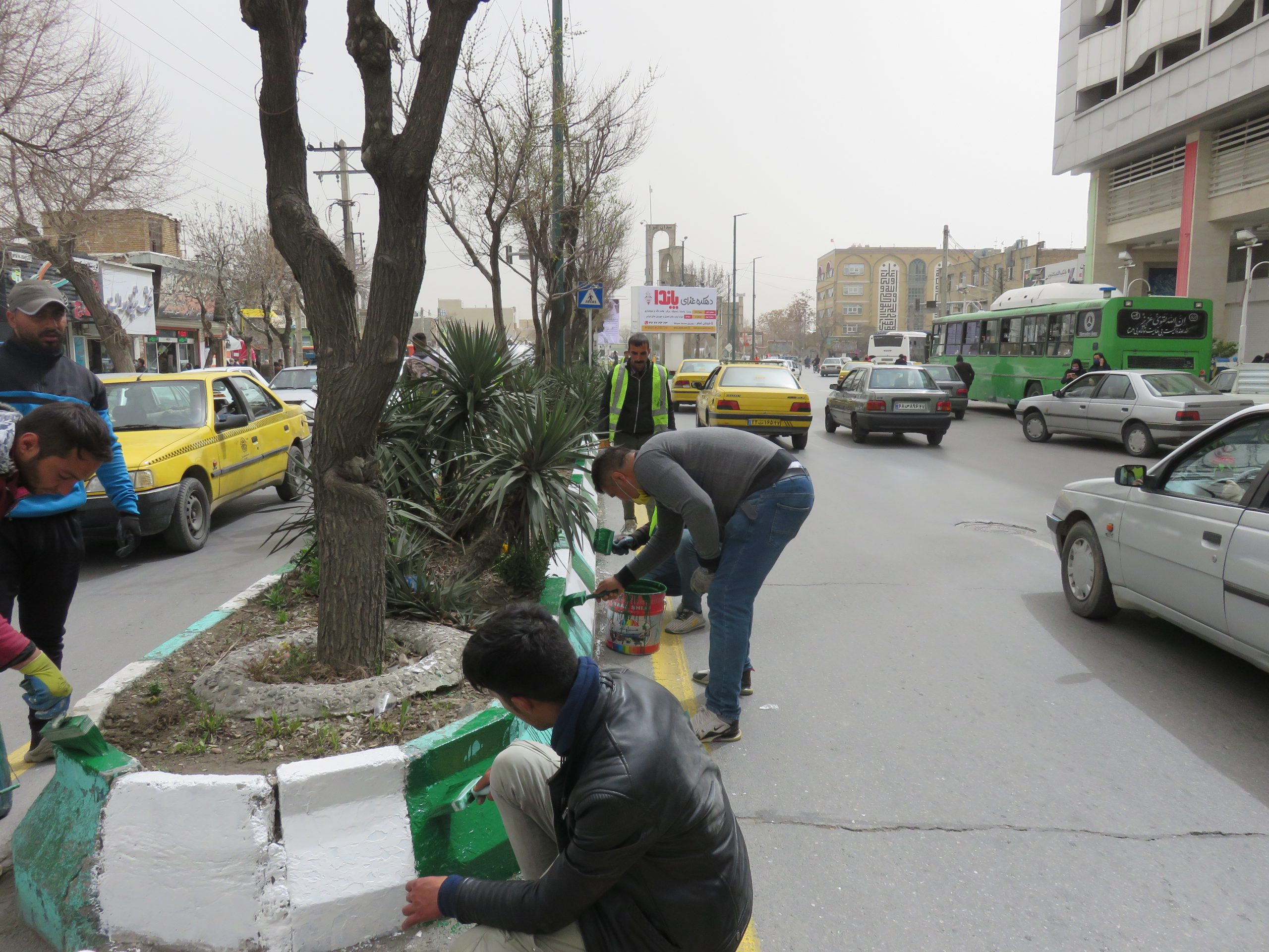 رنگ آمیزی جداول سطح شهر اراک توسط انجمن حمایت زندانیان اراک